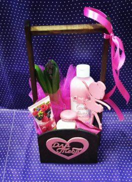Деревянный ящик с цветами, сладостями и косметикой