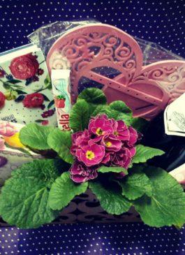 Деревянный ящик с цветами, шампанским, сладостями и косметикой