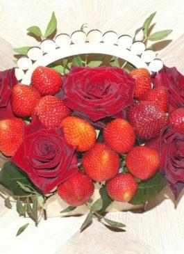 """Композиция из живых цветов в деревянной корзинке """"Розы с клубникой"""""""