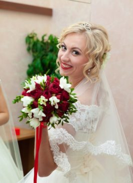 Букет невесты из красных роз и белой фрезии
