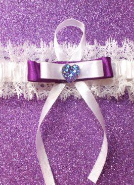 Подвязка невесты белая с фиолетовой и белой ленточкой
