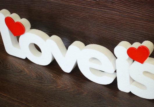 Надпись Love is из пенопласта