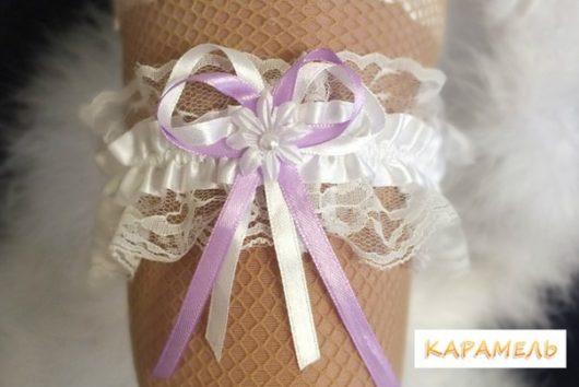 Подвязка невесты белая с сиреневой ленточкой