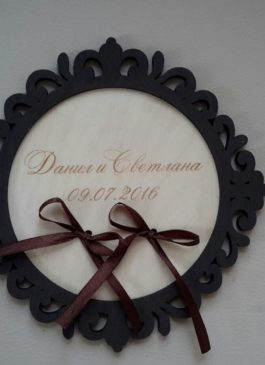 Подставка  деревянная для обручальных колец с индивидуальной гравировкой имен и даты свадьбы