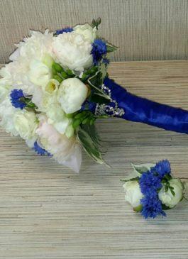 Букет невесты из фрезии, белых роз, пионов  и синих васильков