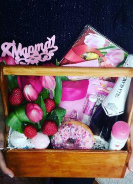 """Деревянный ящик с цветами, клубникой, шампанским, сладостями и косметикой """"8Марта"""""""