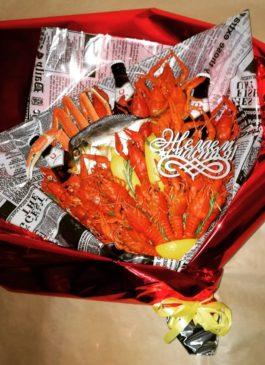 Композиция из вкуснейших вареных раков, свежайших морепродуктов, сушеной рыбы, крабовых ножек (дальневосточный краб), пива, с лимоном и розмарином. Топпер с надписью, надпись с пожеланиями (надписи - текст, цвет, размер, материал можно по желанию выбрать по согласованию) Подарок уникальный, неповторимый, незабываемый, оригинальный. Подарок на день рождения, на новый год, на 23 февраля, на профессиональный праздник. Подарок настоящему мужчине, другу, коллеге, студенту, сотруднику, начальнику. Подарок порадует каждого, красиво и дорого смотрится, а кроме того еще вкусный и ароматный. Запоминающийся подарок из раков и пива. Выполнен качественно и профессионально. Возможно увеличить количество раков, сушеной рыбы, крабовых ножек, и пива по желанию клиента, по вкусам клиента. Индивидуальный подход к каждому клиенту. Подарите праздник, отличный подарочный набор из раков и пива! Вареные раки, крабы, крабовые ножки, сушеная рыба, пиво в праздничной упаковке. Букет из раков. букет из раков, свежие раки, речные раки, подарок из раков и пива, дальневосточный краб, подарок мужчине, сушеная рыба, крабовые ножки, крабы, раки и крабы, свежие раки екатеринбург, вареные раки, пиво и раки, рак, краб, подарок директору, подарок мужчине,свежие раки, речные раки, закуска к пиву, раки к пиву, подарок мужчине, подарок коллеге, подарок начальнику, подарок директору, подарок на 23 февраля, подарок на день рождения, свежие раки, свежие крабы, дальневосточный краб, свежий рак, раки к пиву, вареные раки, вареные раки к пиву, крабы к пиву
