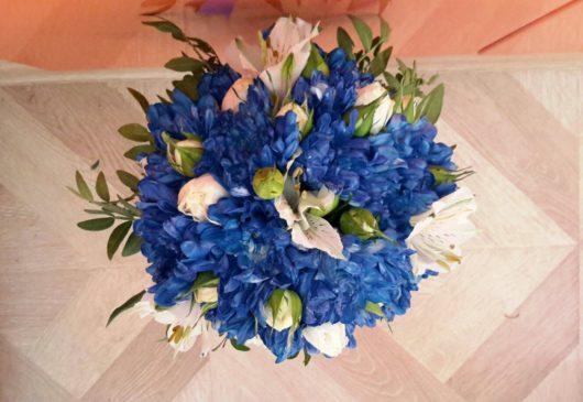 Букет невесты из хризантем, роз и альстромерии