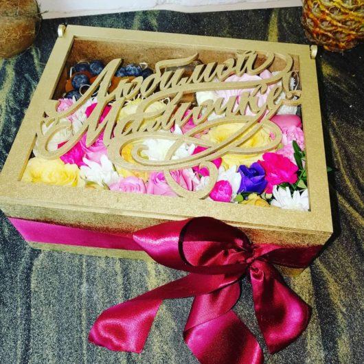 """Шкатулка из дерева """"Любимой Мамочке!"""" с цветами, курагой, голубикой, мёдом и сладостями"""