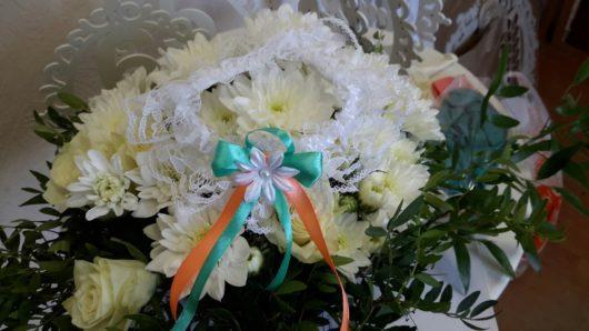 Подвязка невесты белая с мятной и персиковой ленточкой