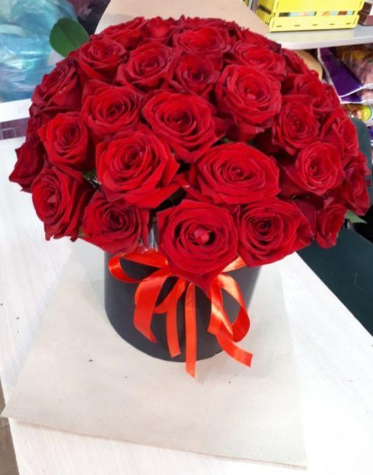 51 красная роза в большой шляпной коробке