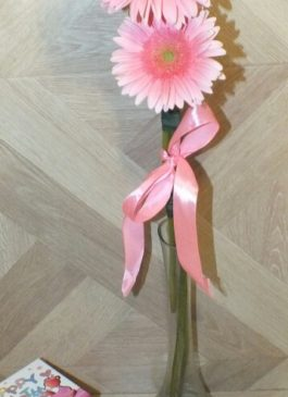 Цветочно-фруктовая композиция в деревянном ящике в ручкой