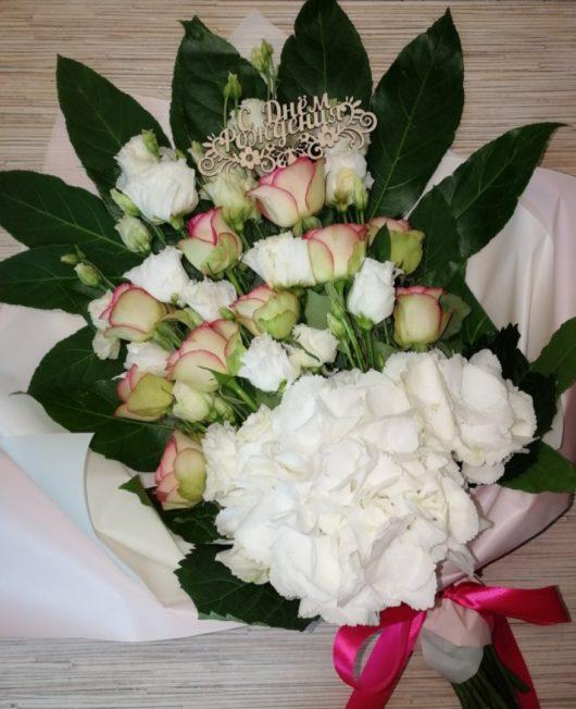 """Цветочная композиция с белой гортензией, белой эустомой, розовыми розами и зеленью в форме букета """"С Днём рождения"""""""""""