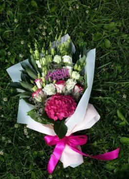 """Цветочная композиция с гортензией, эустомой, розами и зеленью в форме букета """"Любви и счастья"""""""