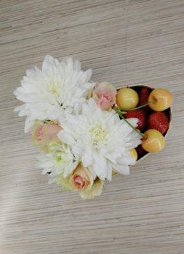 Цветочно-фруктовая композиция из клубники, черешни , роз и хризантемы в коробке в форме сердца D-21