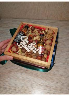 Ящик из массива 21*21 с орехами и виски, 3 шоколадки *95гр.