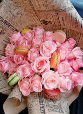 """Букет """"Нежная моя"""" с розами и макарунами"""