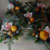 """Композиция """"Новогодний аромат"""" с елью в губке с водой, мандарином, конфеткой, орехами и декором"""