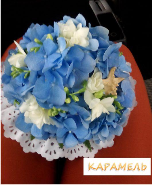 Букет невесты из голубой гортензии и белой фрезии с морской звездой в морском стиле