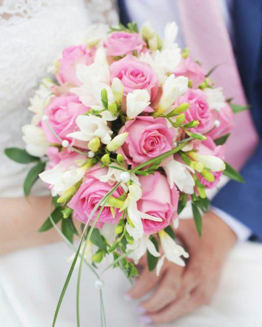 Букет невесты каплевидный с розовыми розами и белой фрезией  с бутоньеркой для жениха