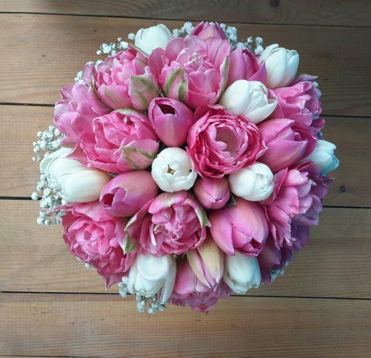 Букет невесты с розовыми и белыми  тюльпанами и белой гипсофиллой