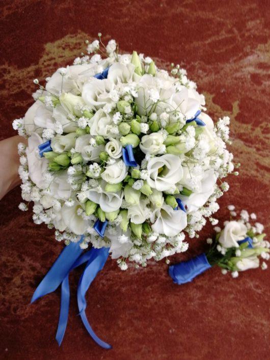 Букет невесты из белой эустому и гипсофиллы в портбукетнице с синими ленточками  и бутоньерка для жениха