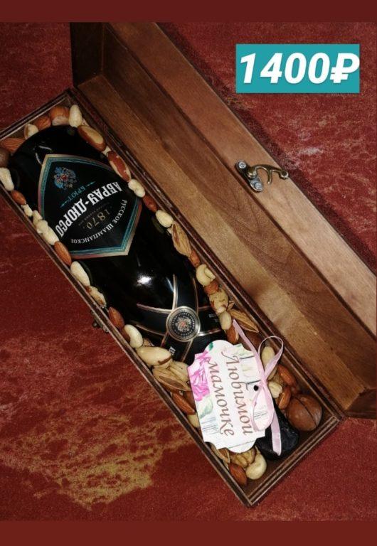 Деревянный бокс с орехами и шампанским