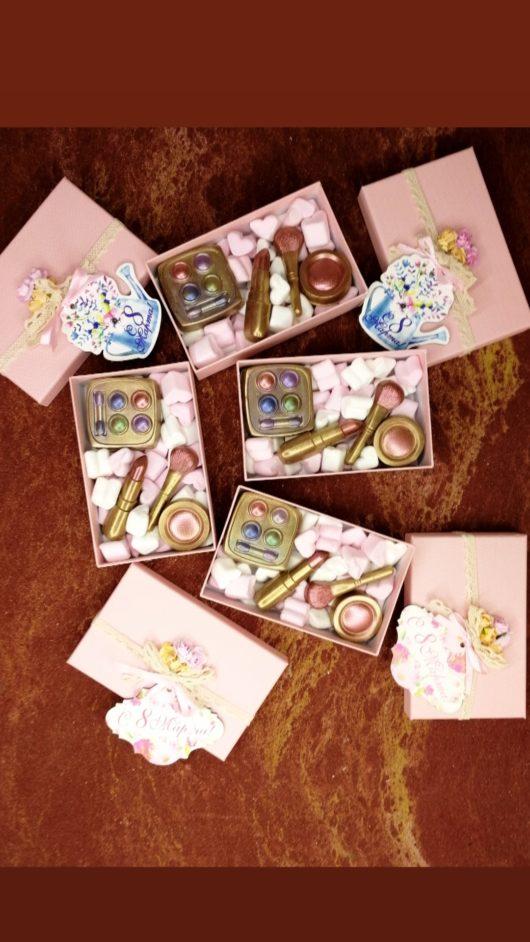 """Съедобный набор из бельгийского шоколада и зефирок """"Косметичка"""" в картонной коробочке"""