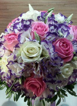 Букет невесты с розовыми и белыми  розами и белой-сиреневой  эустомой  с бутоньеркой для жениха