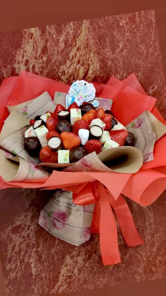 """Букет """"Моей ягодке"""" из клубники, шоколада, пастилы"""
