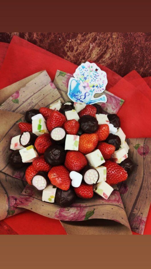 Букет из клубники, шоколада, пастилы  и гипсофиллы