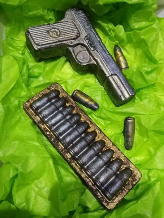 """Набор №5 из бельгийского шоколада """"Пистолет+патроны"""""""
