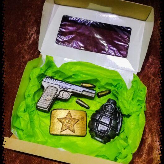 """Набор №7 из бельгийского шоколада """"Пистолет+пули+бляха+граната"""""""